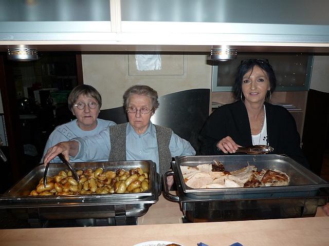 Essensausgabe bei der Weihnachtsfeier 2010