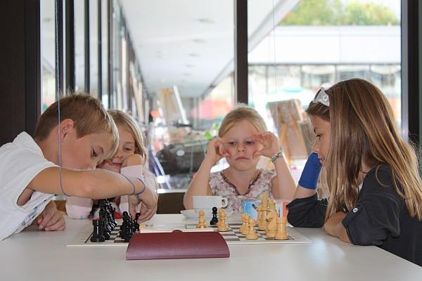 Junge SchachspielerInnen beim Straßenfest Gerlingen