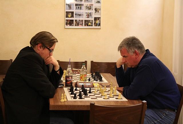 Auch an den hinteren Brettern wurde spannendes Schach gespielt und hart gekämpft: Alexander Schwarz vs. Klaus Bischoff