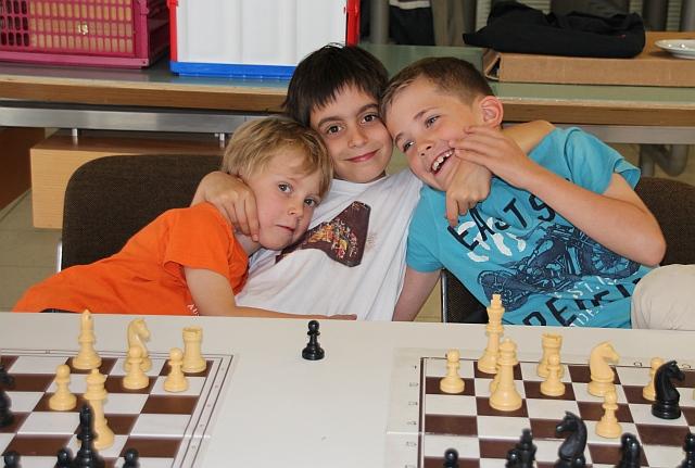 Eindeutig mit dem nötigen Ernst beim Simultan: unsere Jugendspieler Benjamin Henrichs (Mitte) und Timon Schmid (rehcts), mit engagiertem Kiebitz