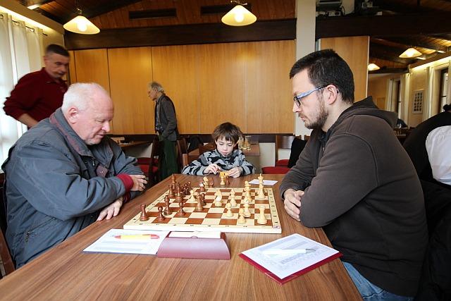 Trotz Nachwuchs (m) am Brett hochkonzentriert: Guido Steinmassl (r).