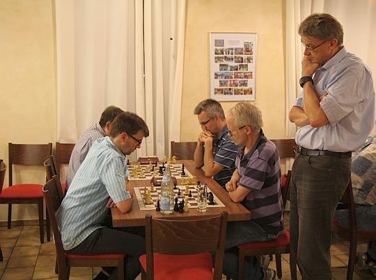 Turnierleiter Ulrich Grosch beim aufmerksamen Beobachten des Spielgeschehens